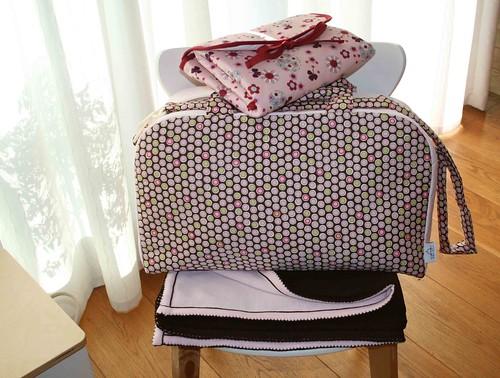 Bolso rosa con manta y cambiador
