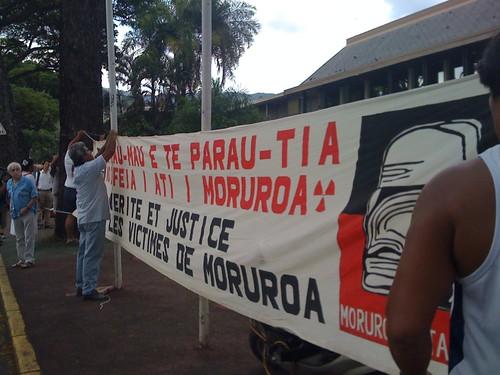 モルロアと私たち協会の横断幕を掲げる元仏核実験労働者たち