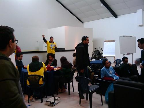 Leo dando instruções sobre as primeiras palestras do wordcamp