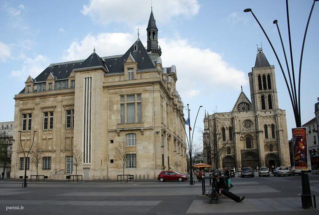 Lhotêl de ville de Saint Denis est sur la même place que la basilique