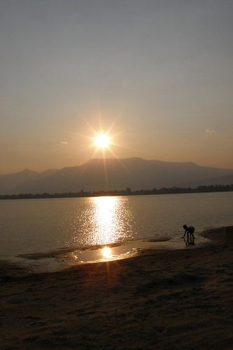 167.Don Daeng島上湄公河的日落 (13)_岸邊戲水剪影