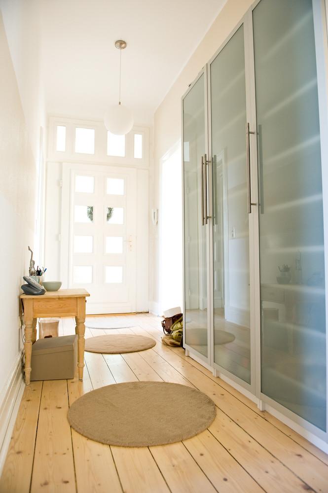 Familienschätze 1 (Katja Heil Fotografie) Tags: Holz Wohnung Flur Altbau  Schuhschrank Dielen