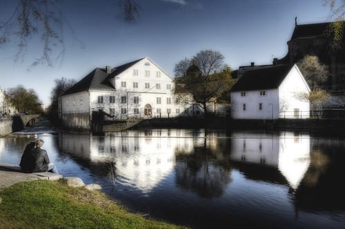 Uppsala. Casas blancas y río.