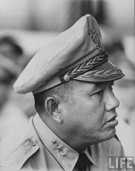 9-1963 Gen. Van Minh Duong, during Gen. Maxwell D. Taylor's visit to So. Vietnam & tour of inspection. par VIETNAM History in Pictures (1962-1963)