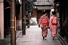 tradition... (LluisGerard) Tags: girls girl japan asian women kyoto traditional maiko geisha   jap geishas tradicional japn maikos