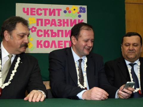 Всичко си е на мястото: вътрешен министър празнува Бабин ден, и си играе с хакнат iPhone…