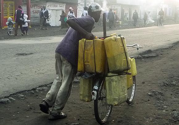 Vendeur d'eau dans une rue de Goma