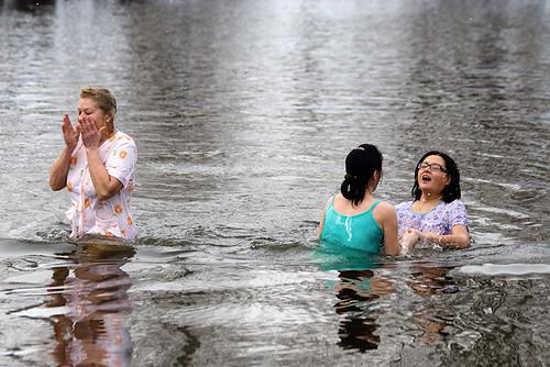 Считается, что Крещенские купания дают силу, здоровье и радость. People believe that cold bathing on Epiphany gives strength, wealth and joy.