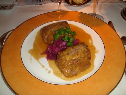 Manita de cerdo rellena de setas y cordero con salsa de tomillo
