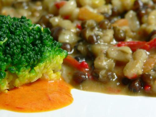 Bohnen-Graupen-Eintopf zu Brokkoli auf Paprika-Creme