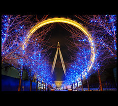 One Yellow Eye (Nrbelex) Tags: city longexposure london eye wheel night canon europe efs1855mm londoneye southbank ferriswheel 1855mm 1855 dslr efs1855 londonist xti 400d nrbelex