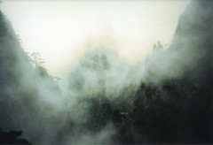 (victortsu) Tags: china fog clouds lomo lomolca nuvens neblina nuages brouillard chine yellowmountains huangshan  montagnesjaunes