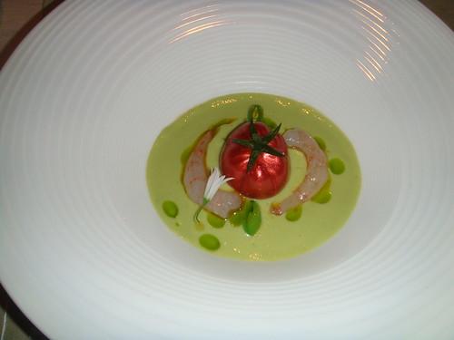Falso Tomate Raf con quisquillas de Motril crudas, licuado de tomates verdes como un gazpacho de sugar snap y aguacate (2008)