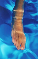 fluid (omnia_mutantur) Tags: blue water azul foot agua eau skin blu fingers piscina nails dedos vein acqua azzurro riflessi piede pelle unhas dita vena pele reflejos celeste alberca piel unghie pi p swimmigpool reflexations