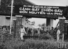 9-1963 Phu Lam SG Buddhist monks arrested by Diem regime, being held in a guarded compound at Phu Lam. par VIETNAM History in Pictures (1962-1963)