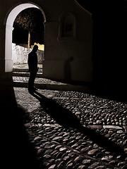Dejando mi sombra atras (Deteniendo El Tiempo) Tags: luz luces retrato autoretrato sombras texturas tff1 tff2