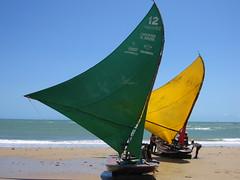 Velas verde e amarela compõem com céu azul em Flecheiras, CE