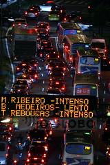 Matria sobre o trnsito na cidade, rua Mrio Ribeiro (ONG Rocinha.org) Tags: bus cars car brasil riodejaneiro night traffic carros carro noite headlight farol 2008 nibus placa trafficjam sinal gvea engarrafamento sinalizao trfego cetrio fernandoquevedo ruamrioribeiro