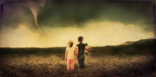 フリー写真素材, 人物, 子供, 少女・女の子, 災害, 兄弟・姉妹, 後ろ姿, 竜巻,