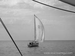 Tauró empieza a alejarse. Al final nos ganaría por sólo 5 minutos (tras 18 horas de regata!!!)
