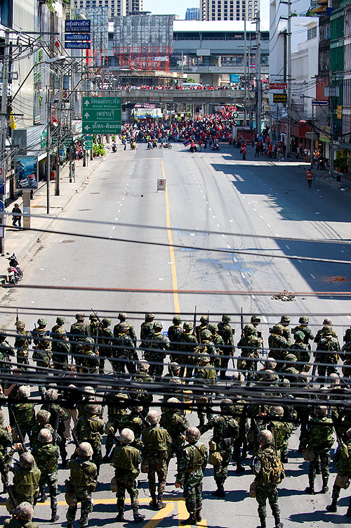 Thai military and red-shirted protests confront each other near Ratchaprarop interesection