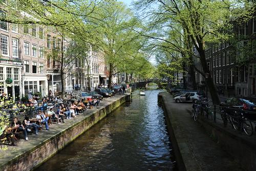 運河沿いで新緑を楽しむ