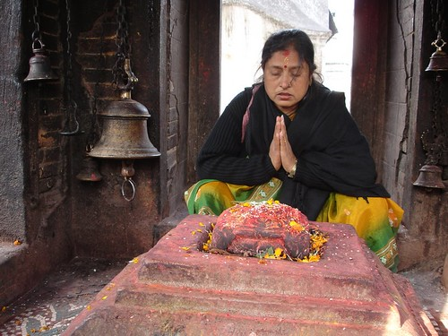 O femeie se închină la idoli in Kathmandu, Nepal