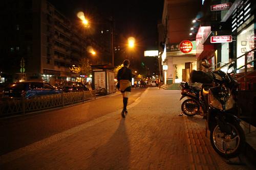 街灯拉长了身影