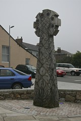 Wooden edifice in a Redruth car park. (john durrant) Tags: park uk sculpture car wooden carved cornwall edifice redruth kernow