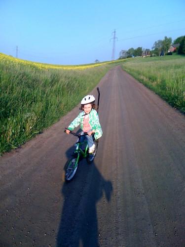 Freja cyklar själv!