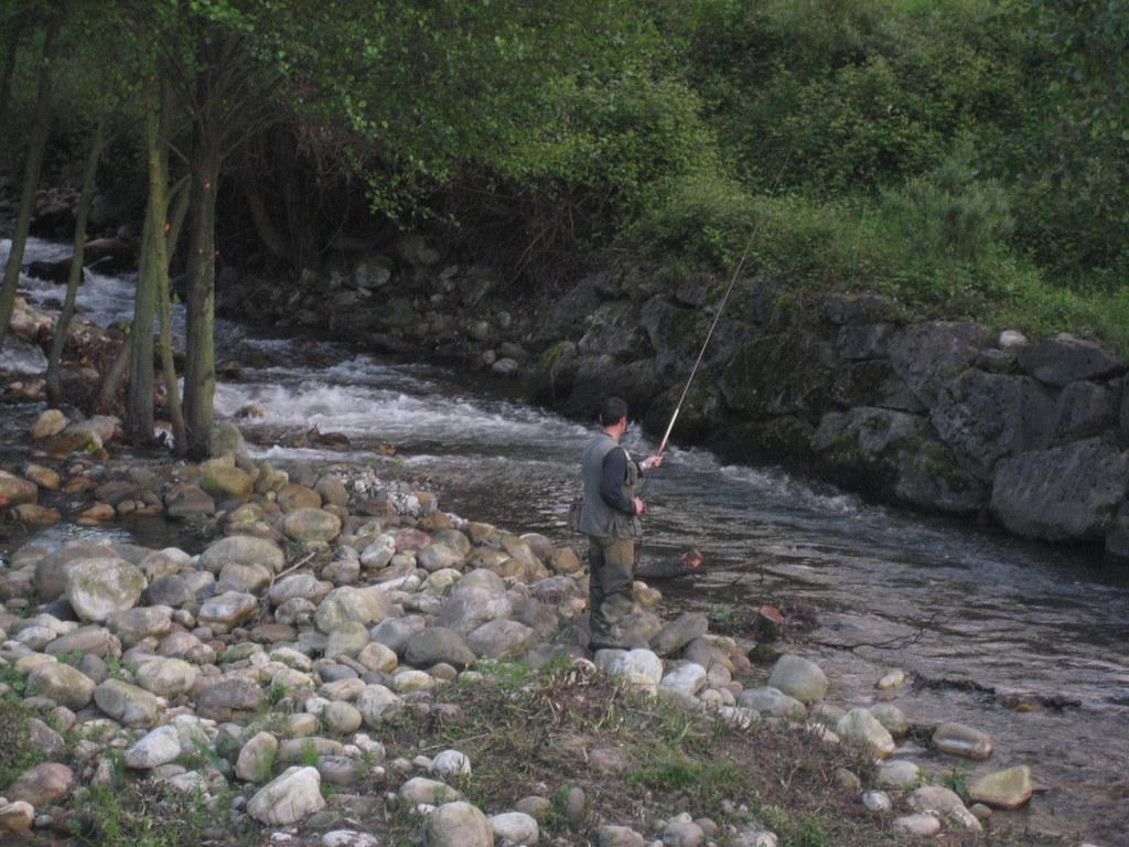 Pescador en Cabañaquinta río Aller