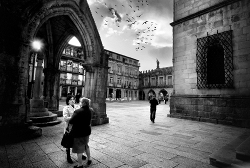 (David Guimares) city light people sun classic portugal birds vintage blackwhite shadows streetphotography flare guimares leicam8 voigtlndersuperwideheliar15mmf45