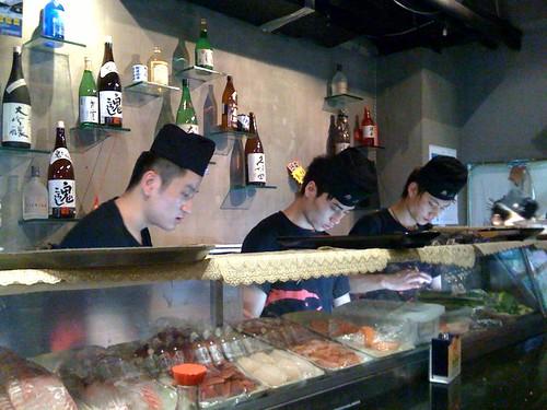 晚上uting說想吃烤鮭魚頭....所以又去日本料理店報到了....