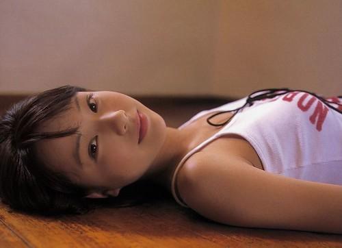 戸田恵梨香と一緒に寝そべる