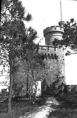 monterreal, baiona (fotantiga) Tags: bw castle monochrome monocromo analógica torre foto bn galicia galiza antigua castelo antiga analogue 20thcentury castillo vigo riasbaixas baiona ferrer parador almenas analóxica