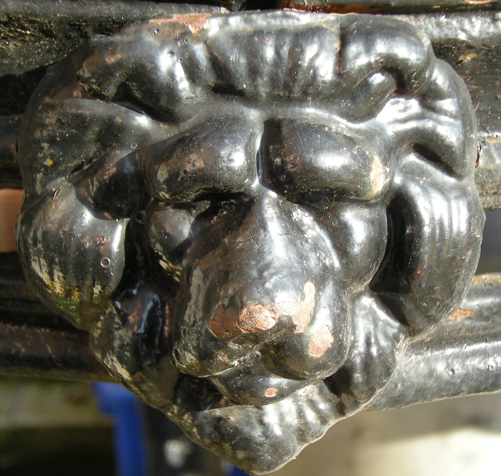 PUB TABLE LION