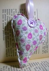 O amor pela leitura... (diana santa) Tags: old book words heart craft button coração tecido letture