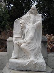 La muerte (Bellwizard) Tags: barcelona sculpture cemetery graveyard death mort cementerio escultura muerte cementiri antonipujol