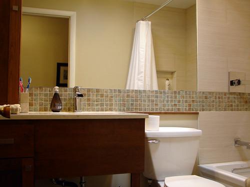 Aranżacja łazienki z kontrastującymi elementami