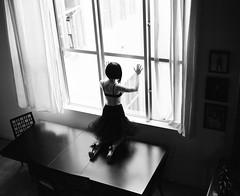 [フリー画像] [人物写真] [女性ポートレイト] [後ろ姿] [窓辺の風景] [モノクロ写真]      [フリー素材]