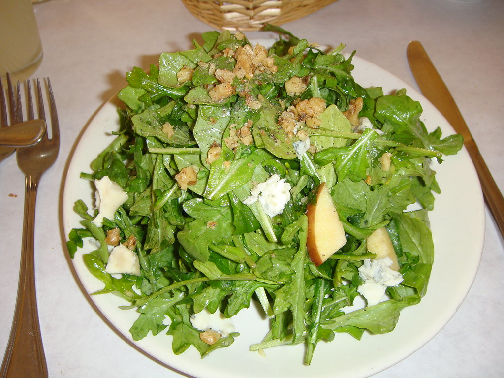 Arugula salad with walnets and gargonzola