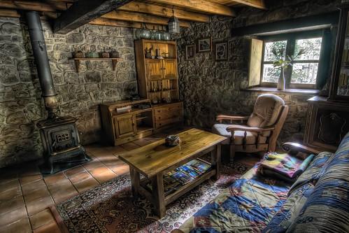 Cabaña de Piedra La Silla de la Reina -Treceño - Cantabria - Chimenea