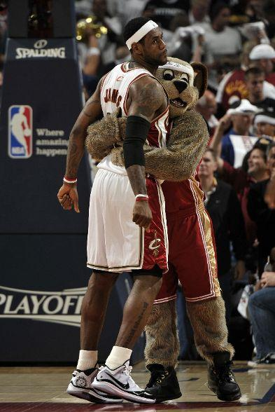 20100511-lebron-and-mascot