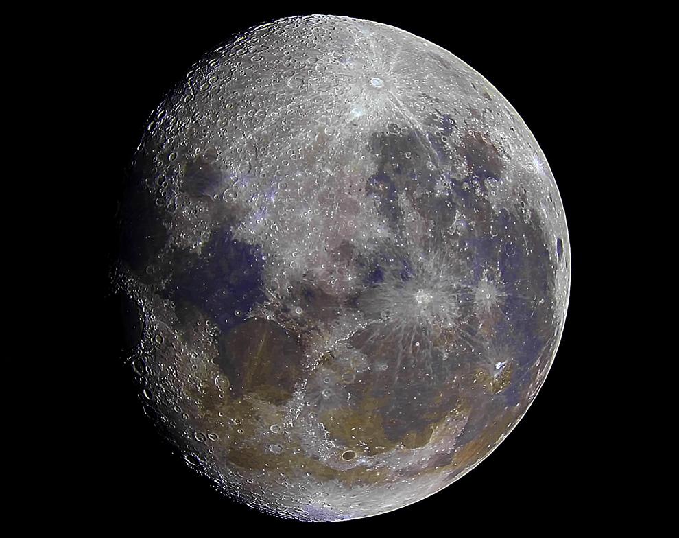 Utilizando por lo menos 500 imagenes superpuestas, uno realmente puede apreciar el color que la Luna tiene, luego, agregando un poco de saturación se pueden apreciar algunos componentes que forman parte de la superficie lunar, que fueron dejados por impactos de meteoritos a lo largo de su existencia, por ejemplo, lo marron-anaranjado es hierro y lo lila-azulado es titanio. (Rodrigo Ríos - Zanjita, Paraguay)