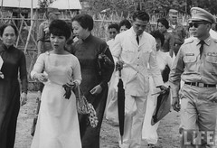 6-1962 Mrs. Dinh Nhu Ngo on inspection tour of strategic Hamlet of Phuoc Nguon par VIETNAM History in Pictures (1962-1963)