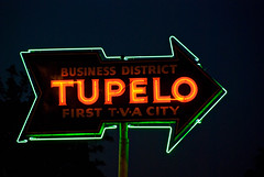 Tupelo (Viajante) Tags: sign night mississippi neon arrow tva leecounty tupelo nikond80 nikon18135mm3556