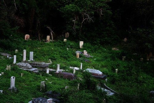 Gulang Yu Cemetry (by niklausberger)