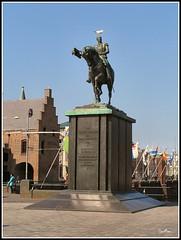pajaritos en la cabeza... (Eber&Mars) Tags: statue nederland thenetherlands denhaag thehague lahaya pasesbajos 5photosaday