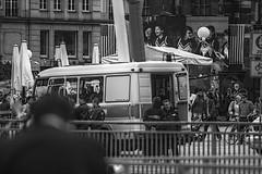 Obamaltmarkt: Freunde und Helfer (henscheck) Tags: dresden schwarzweiss polizei bühne altmarkt einsatzfahrzeug obamania