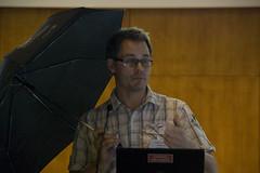 Joachim Thornström hade tagit med sig ett paraply som skydd mot pandan